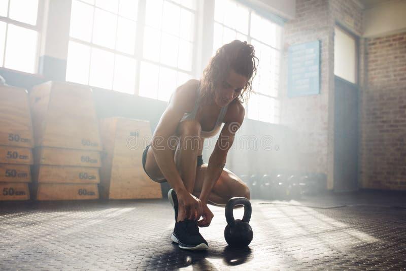 Mujer que consigue lista al entrenamiento en el gimnasio imagen de archivo libre de regalías