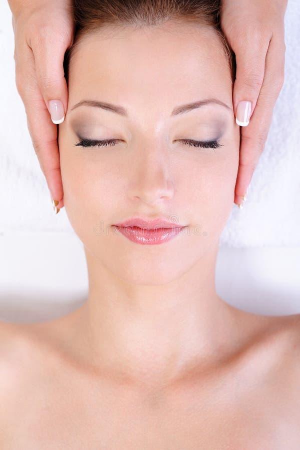 Mujer que consigue masaje de cara en salón del balneario foto de archivo