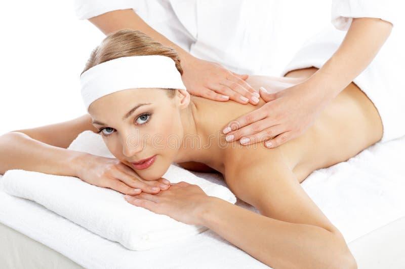 Mujer que consigue masaje del hombro de masajista imagenes de archivo