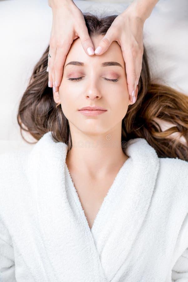 Mujer que consigue masaje facial fotografía de archivo libre de regalías