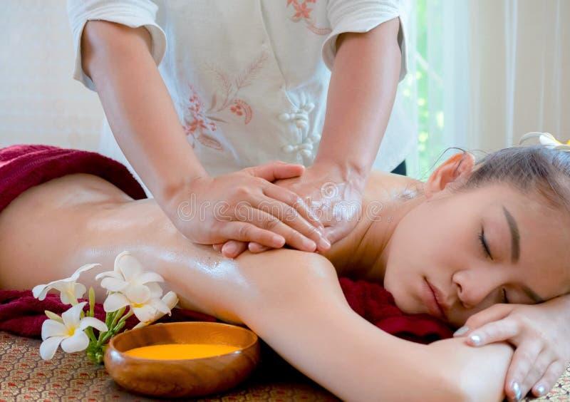 Mujer que consigue masaje herbario tailandés de la compresa foto de archivo libre de regalías