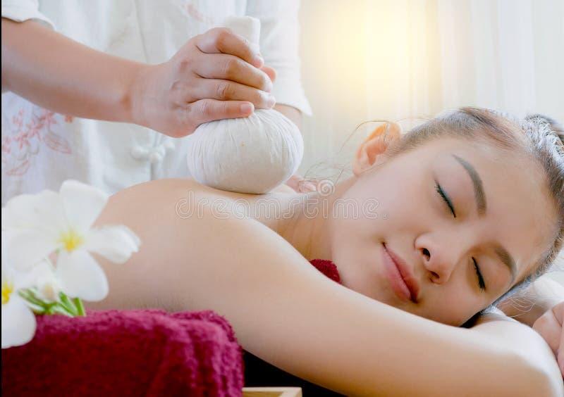Mujer que consigue masaje herbario tailandés de la compresa imagenes de archivo