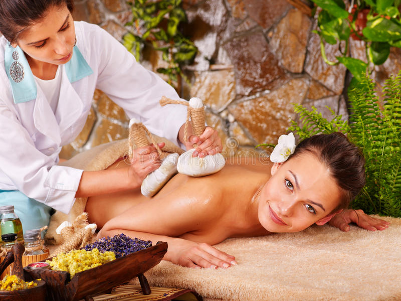 Mujer que consigue masaje herbario tailandés de la compresa. fotografía de archivo