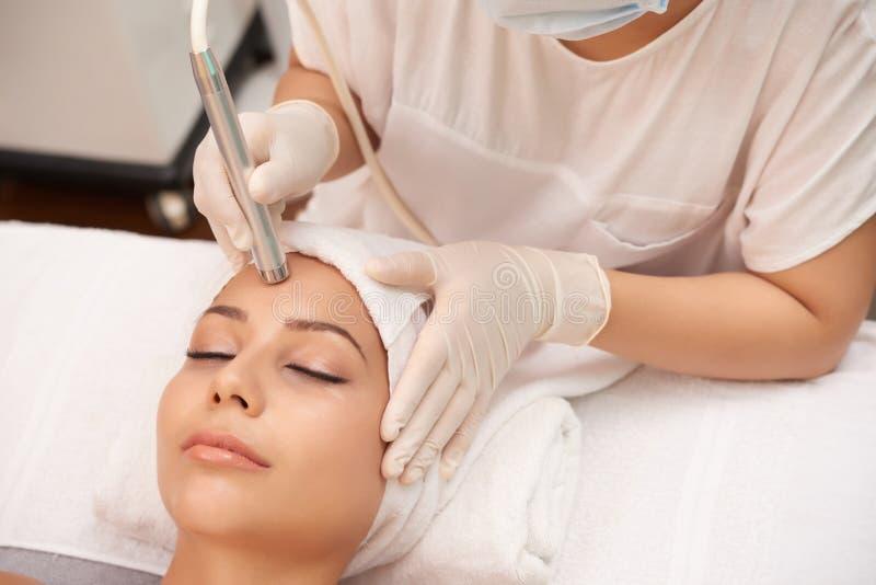 Mujer que consigue un tratamiento de la piel del laser fotografía de archivo libre de regalías