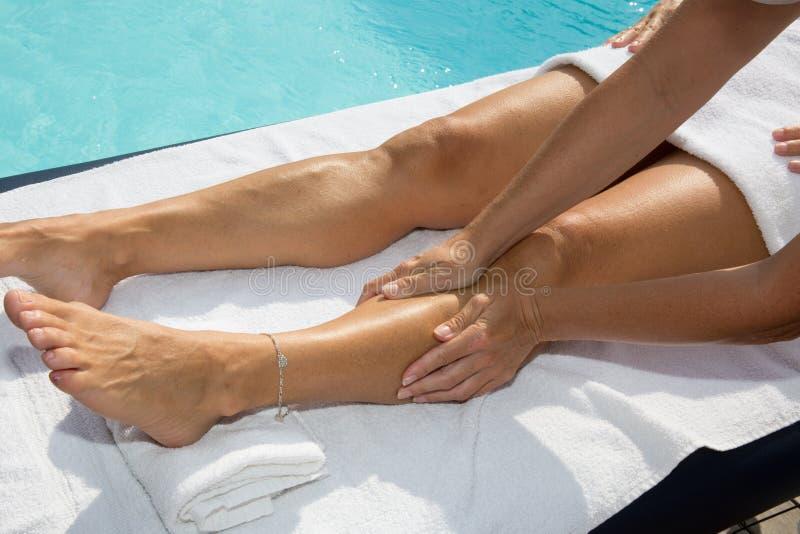 Mujer que consigue un tratamiento del masaje en el centro del balneario foto de archivo