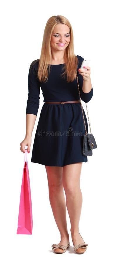 Mujer que controla su móvil foto de archivo