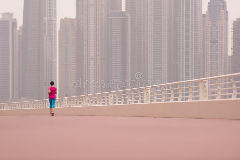 Mujer que corre en la 'promenade' imagen de archivo