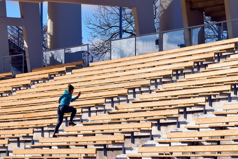 Mujer que corre en las escaleras foto de archivo libre de regalías