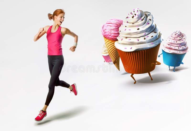 Mujer que corre lejos de los dulces imagen de archivo