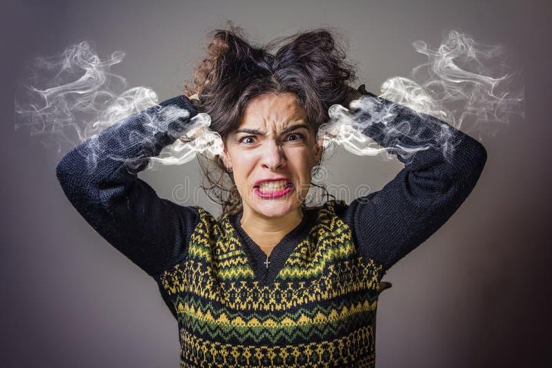 Mujer que cuece al vapor con rabia fotos de archivo