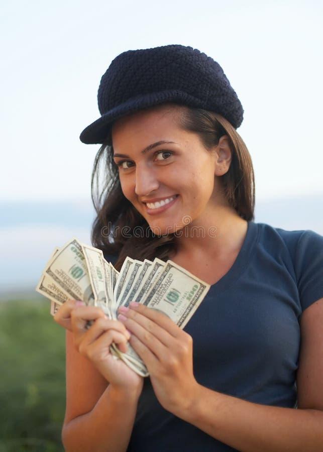 Mujer que cuenta el dinero foto de archivo