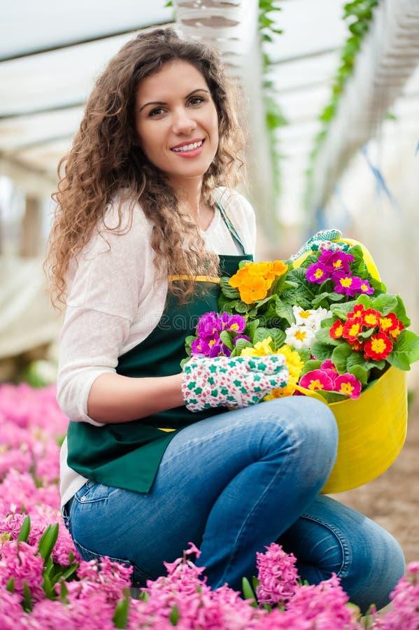 Mujer que cuida un jardín de flores fotos de archivo