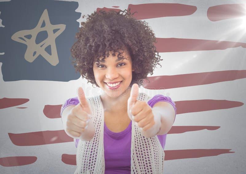 Mujer que da dos pulgares para arriba contra bandera americana dibujada mano y la pared blanca con la llamarada stock de ilustración