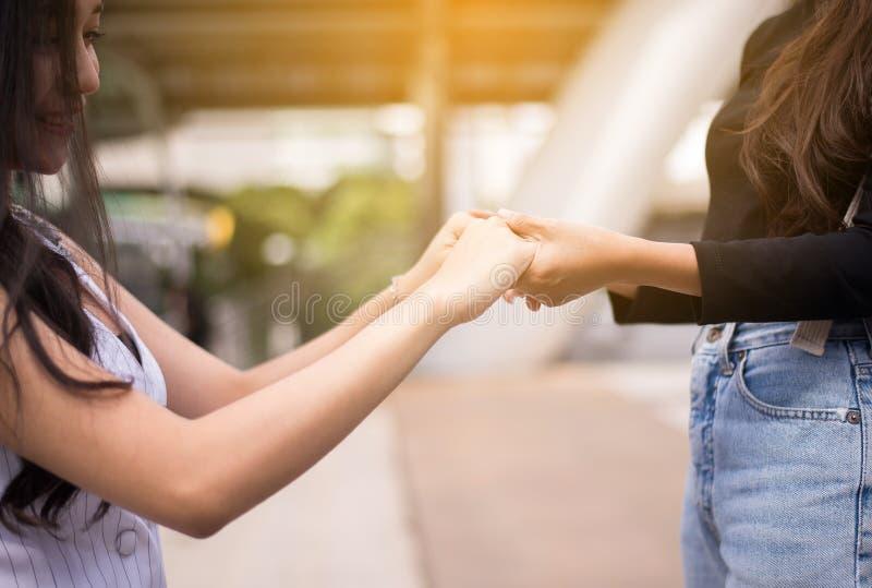 Mujer que da la mano al amigo deprimido, psiquiatra que detiene al paciente de las manos, concepto de la atención sanitaria de Me fotografía de archivo libre de regalías