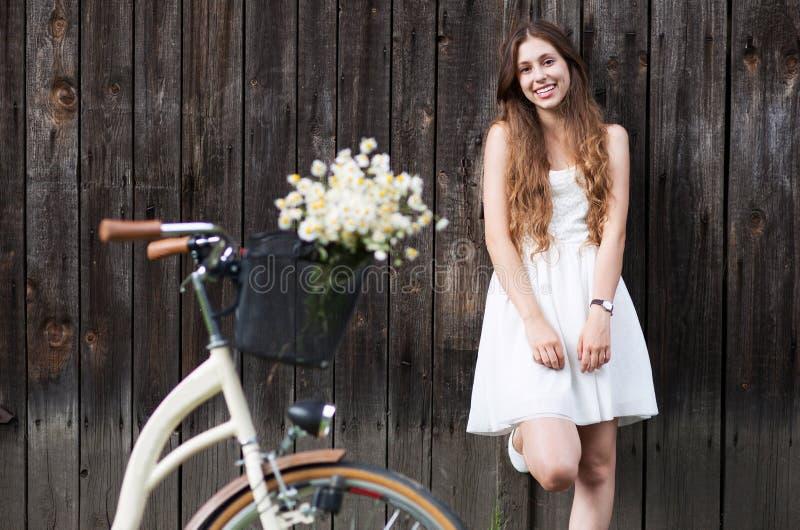 Mujer que defiende con la bici el granero de madera imágenes de archivo libres de regalías