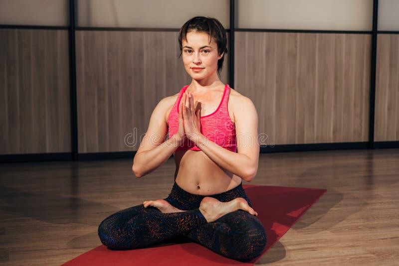 Mujer que demuestra Sukhasana o actitud fácil de la yoga fotografía de archivo