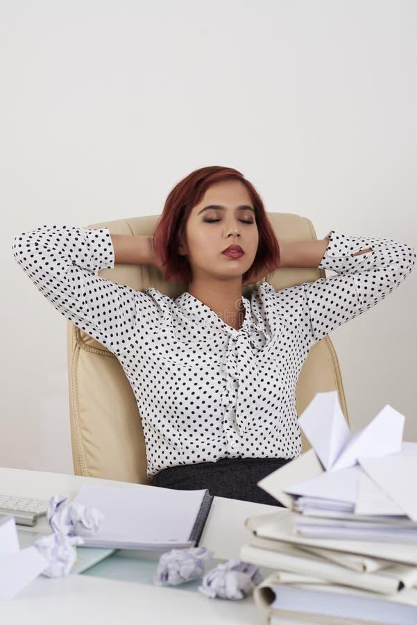 Mujer que descansa después de trabajo imagen de archivo