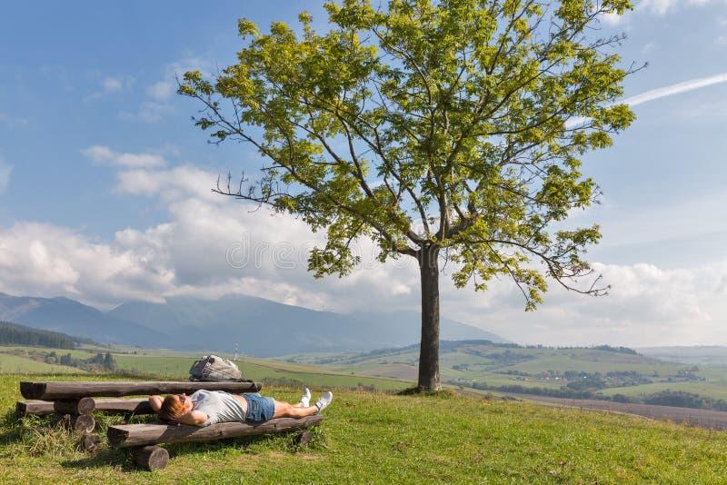 Mujer que descansa sobre la colina del verano cerca de Liptovsky Trnovec, Eslovaquia fotos de archivo libres de regalías