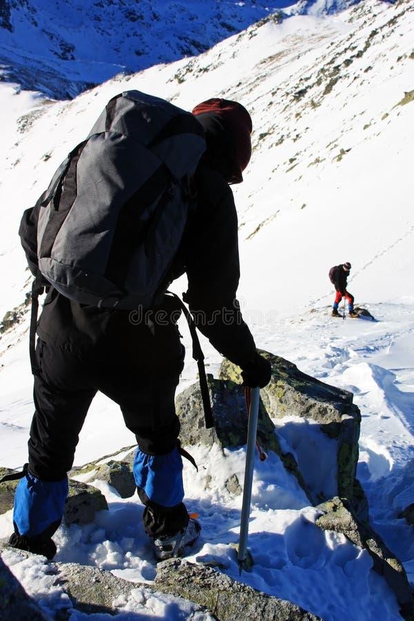 Mujer que desciende desde arriba de la montaña en las montañas de Retezat, Rumania imagen de archivo