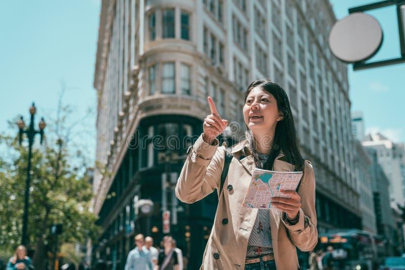 Mujer que descubre y que señala en la manera imagen de archivo libre de regalías