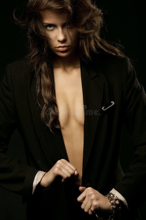 Mujer que desgasta la chaqueta negra con los encadenamientos foto de archivo