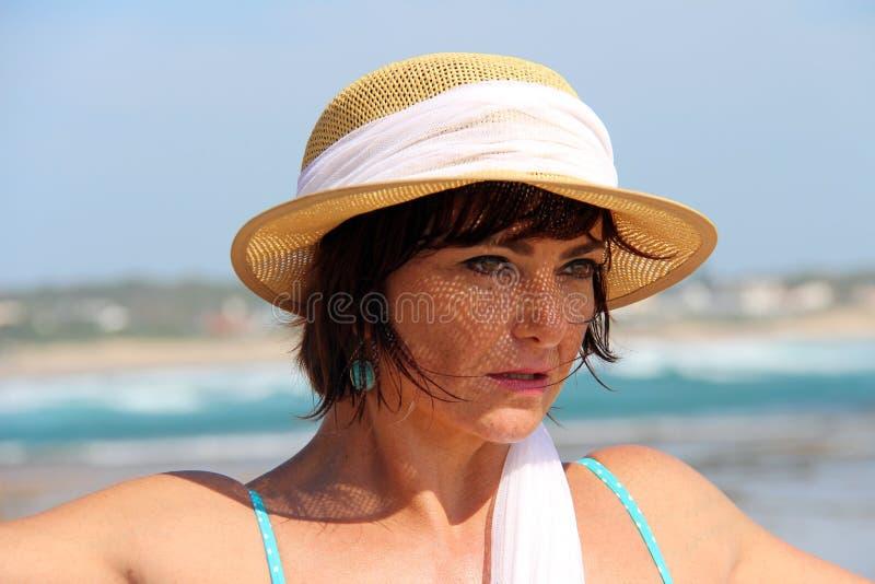 Mujer que desgasta un sombrero del verano imagen de archivo