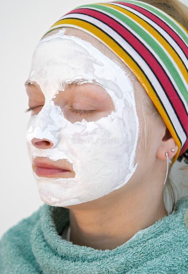 Mujer que desgasta una mascarilla imagen de archivo libre de regalías
