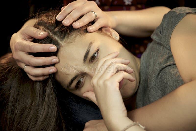 Mujer que detiene a la mujer joven deprimida triste imagenes de archivo