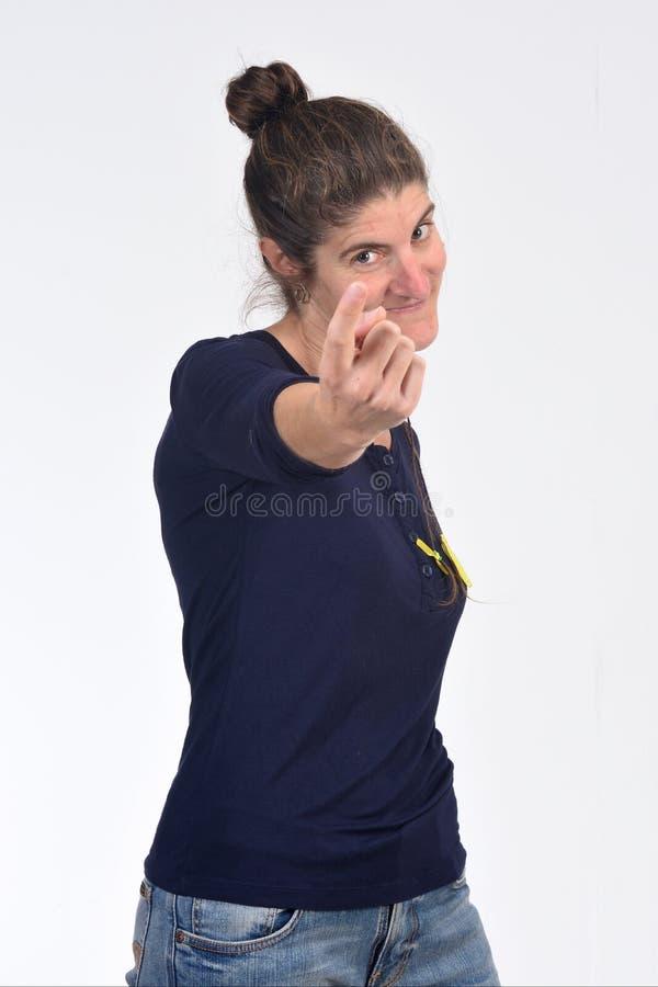 Mujer que dice con su finger venir foto de archivo