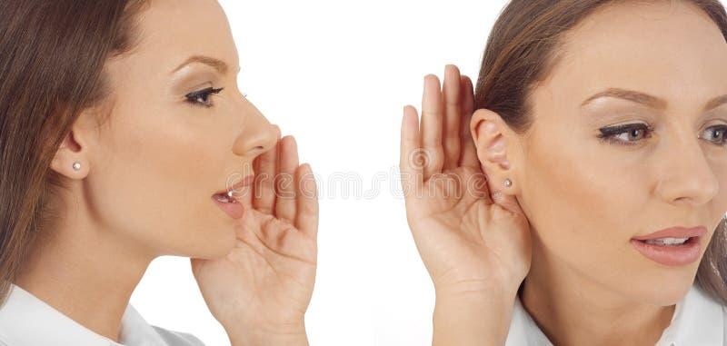 Mujer que dice, mujer que escucha el chisme imagen de archivo libre de regalías