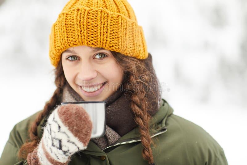 Mujer que disfruta de aire libre del cacao imagenes de archivo
