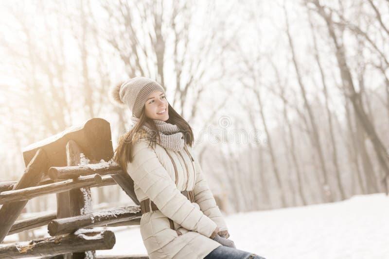 Mujer que disfruta de día de invierno soleado fotografía de archivo libre de regalías
