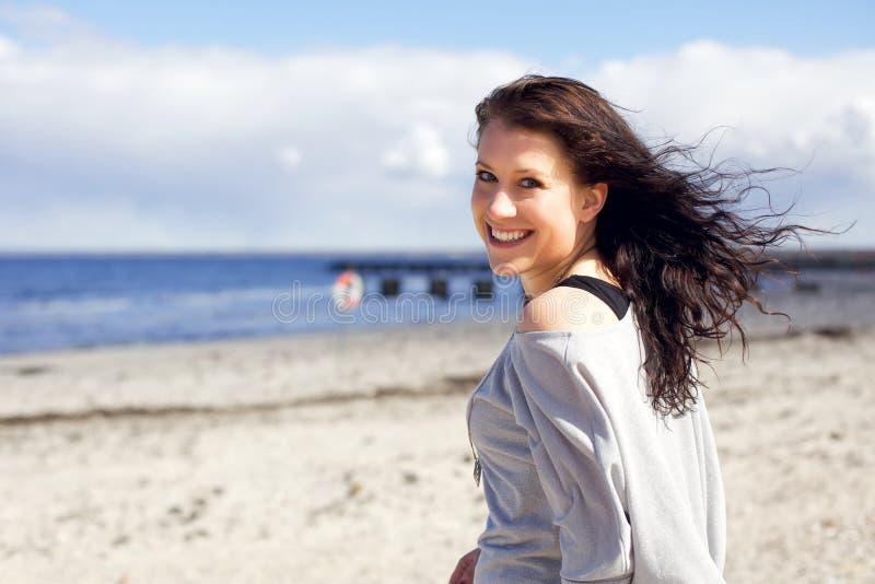 Mujer que disfruta de la caminata en la playa imágenes de archivo libres de regalías