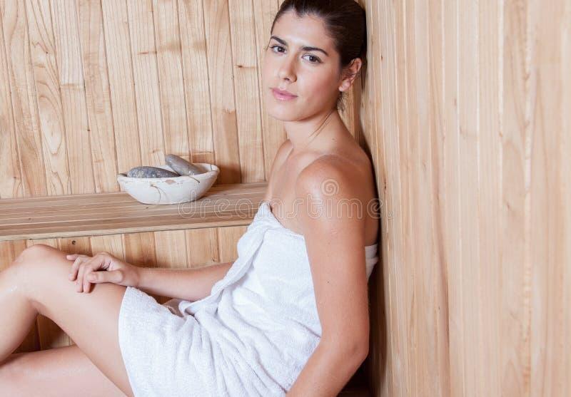 Mujer que disfruta de la sauna foto de archivo libre de regalías