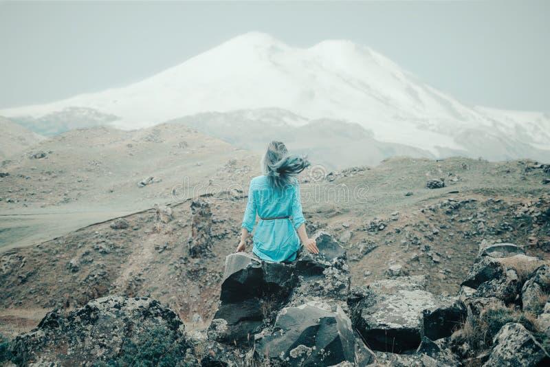 Mujer que disfruta de la vista del monte Elbrus imagenes de archivo