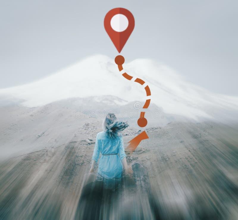 Mujer que disfruta de la vista del monte Elbrus, efecto de la falta de definición de movimiento fotos de archivo libres de regalías
