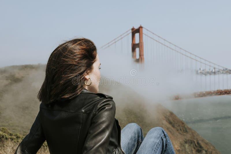Mujer que disfruta de la vista de puente Golden Gate en San Francisco imagen de archivo libre de regalías