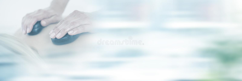Mujer que disfruta de masaje de piedra caliente en el balneario de la salud imagen de archivo libre de regalías