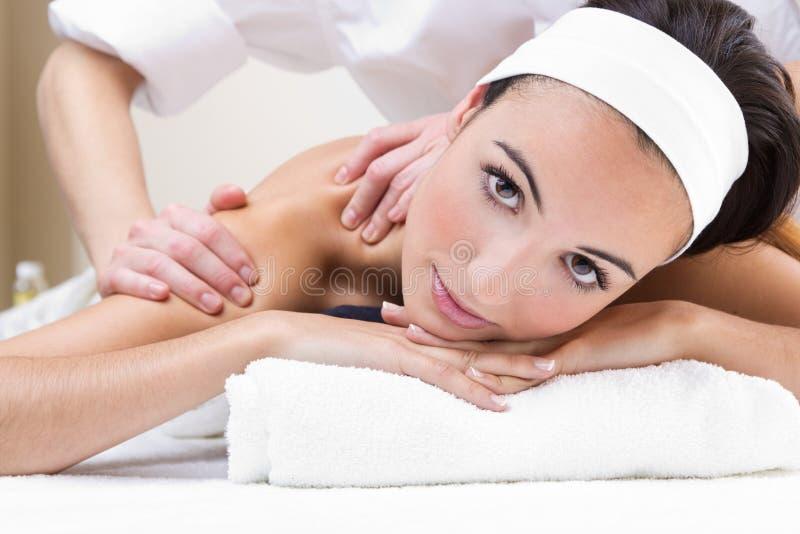 Mujer que disfruta de masaje del hombro en el balneario de la belleza fotografía de archivo