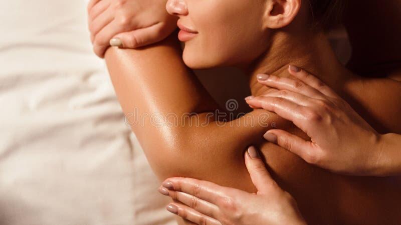 Mujer que disfruta de masaje del hombro en salón del balneario fotografía de archivo