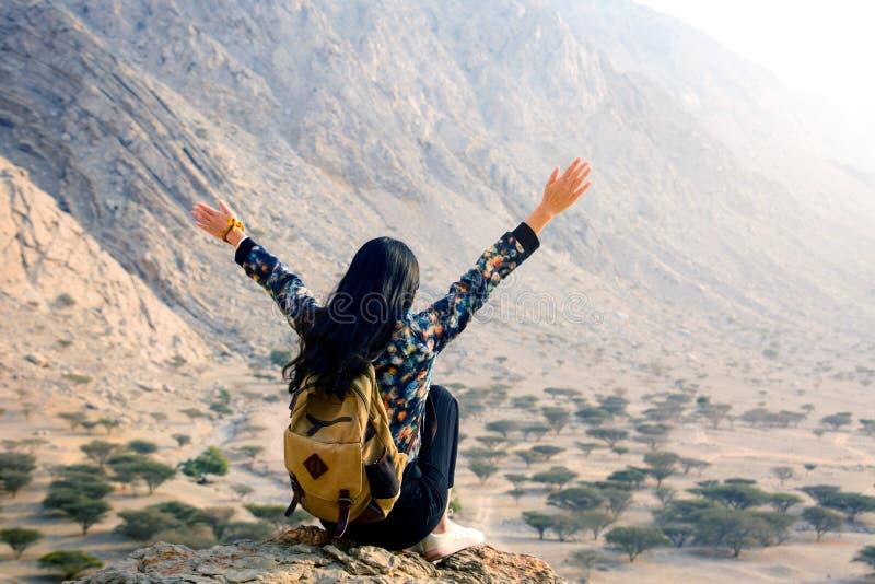 Mujer que disfruta de paisaje del desierto fotos de archivo