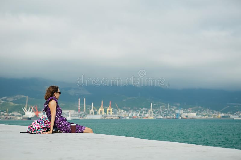 Mujer que disfruta de paisaje marino en la costa imagenes de archivo