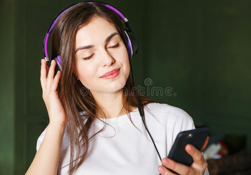 Mujer que disfruta de su música preferida fotos de archivo libres de regalías