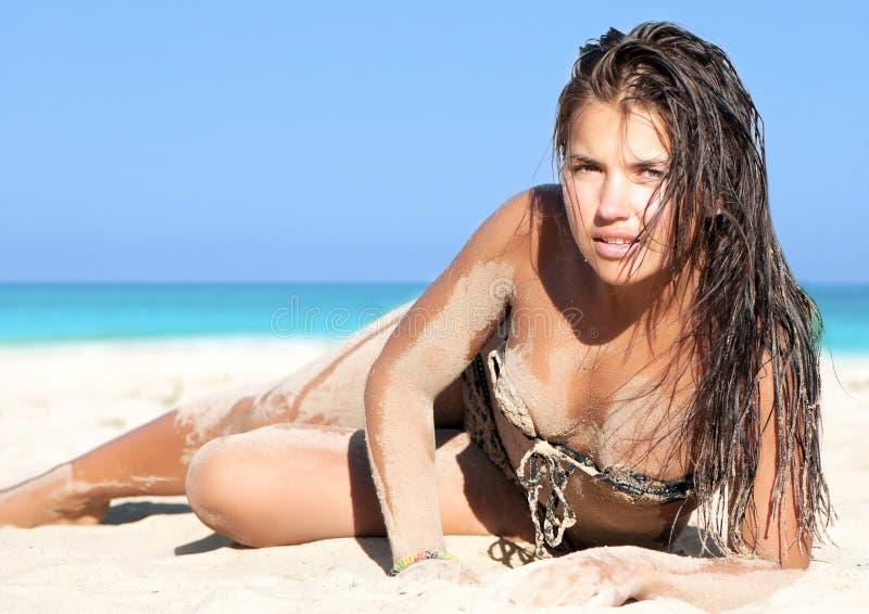 Mujer que disfruta de un día asoleado en la playa fotografía de archivo
