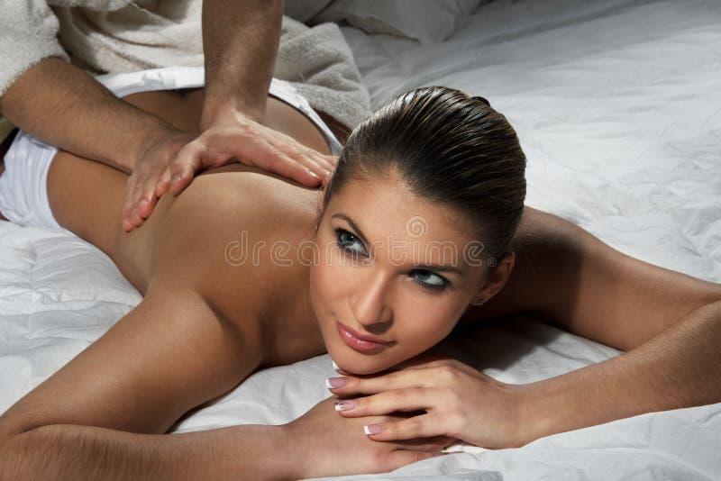 Mujer que disfruta de un masaje imagenes de archivo