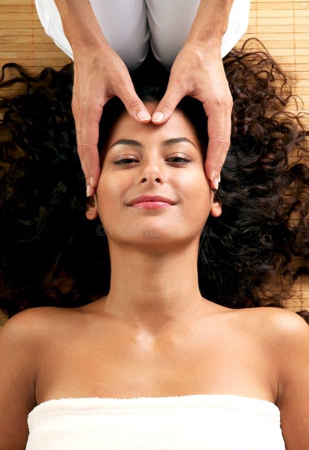 Mujer que disfruta de un masaje del cuero cabelludo foto de archivo libre de regalías