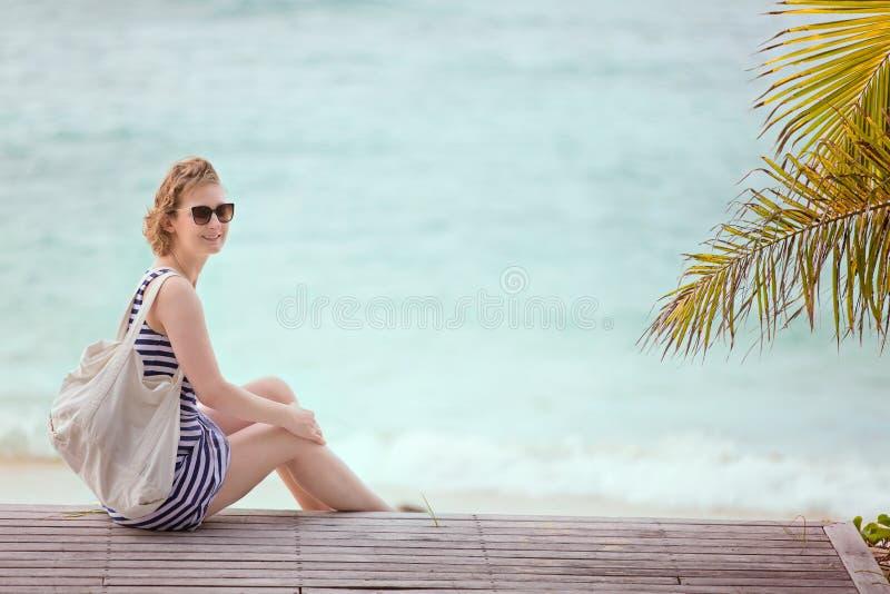 Mujer que disfruta de vacaciones imágenes de archivo libres de regalías