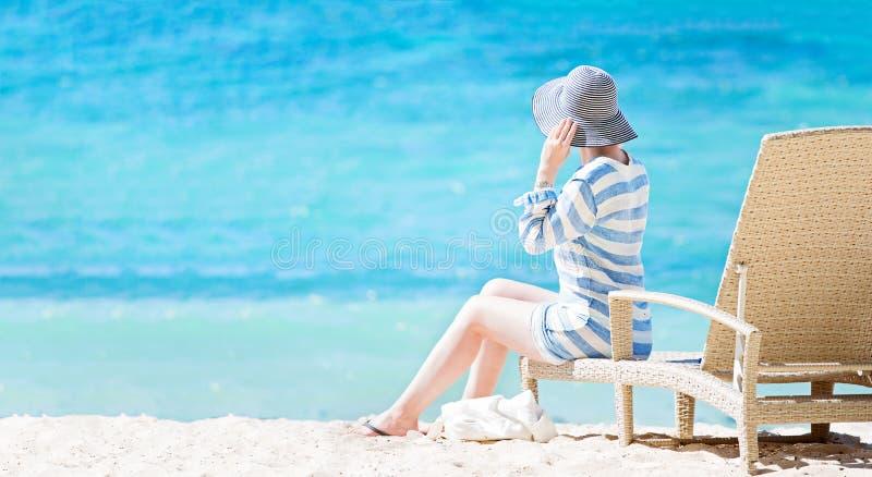 Mujer que disfruta de vacaciones imagenes de archivo