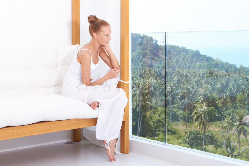Mujer que disfruta del lujo tropical fotografía de archivo