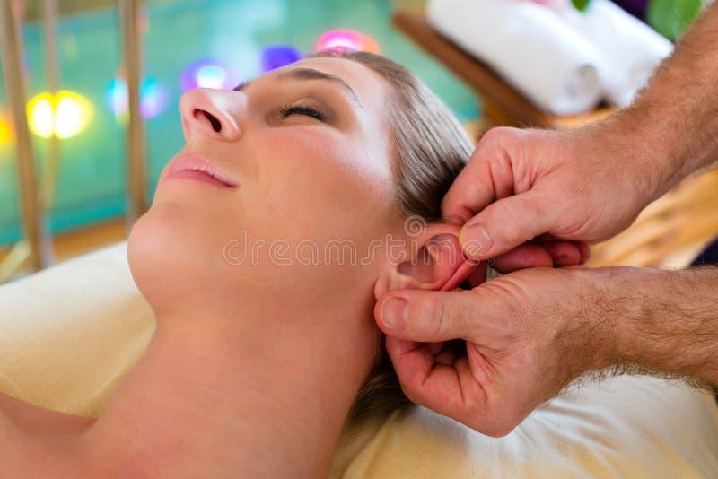 Mujer que disfruta del masaje principal en un balneario fotografía de archivo